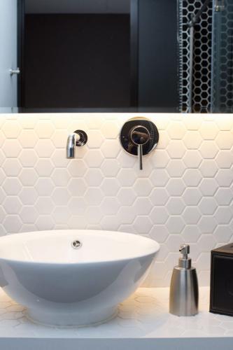 Deluxe-Sink-683x1024